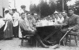 1910 Campus Day showing students eating, University of Washington